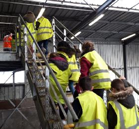 Visite des CE1/CE2 au centre de tri des déchets de Treffieux